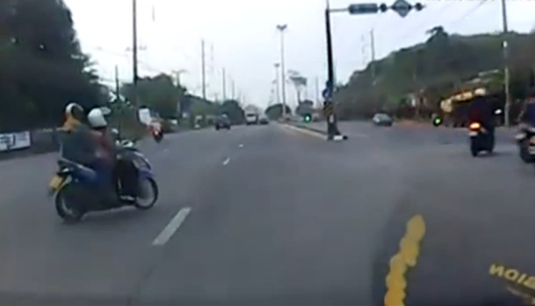 Accidente entre moto y coche Tailandia